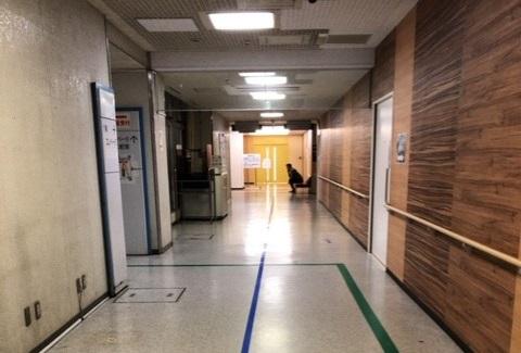 廊下で待つMR