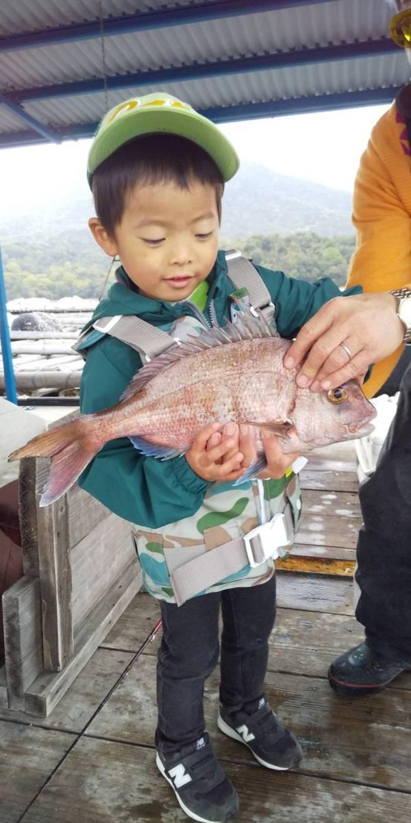 釣り初挑戦でマダイを釣る